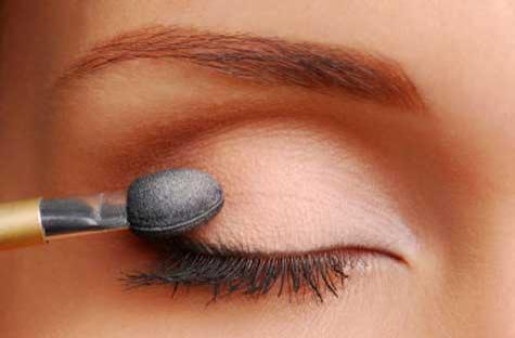applying_eyeshadow