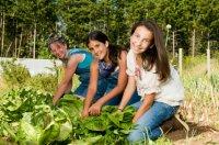 girls_gardening